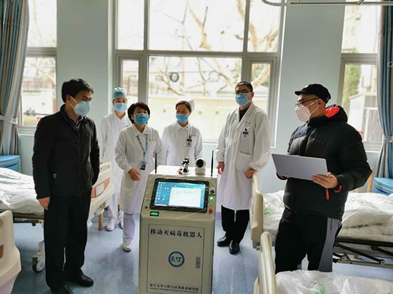 消毒机器人在中山医院实地测试。复旦大学 供图
