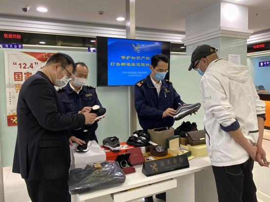 上海海关去年扣留侵权嫌疑商品1.4万批次 列全国第一