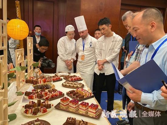 图说:环球美食节闭幕式上展示全球经典下午茶 新民晚报记者 张钰芸 摄(下同)