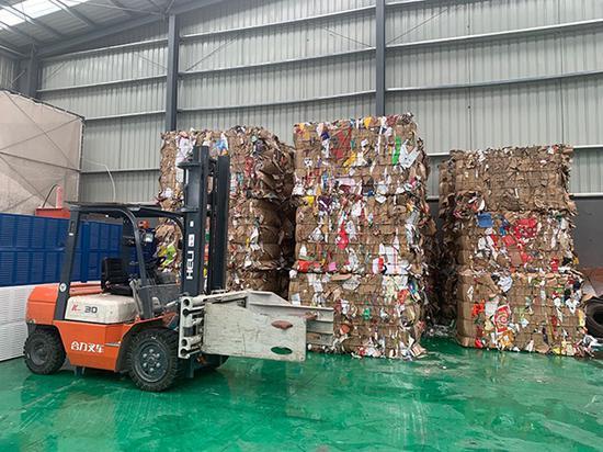 两网融合中转站正在处理垃圾。澎湃新闻记者 栾晓娜 实习生 顾佑珺 图