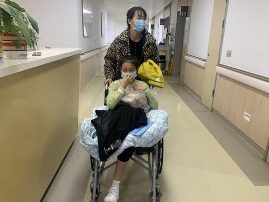 12岁女孩骨癌复发接受截肢:明年装上假肢 可以读书了