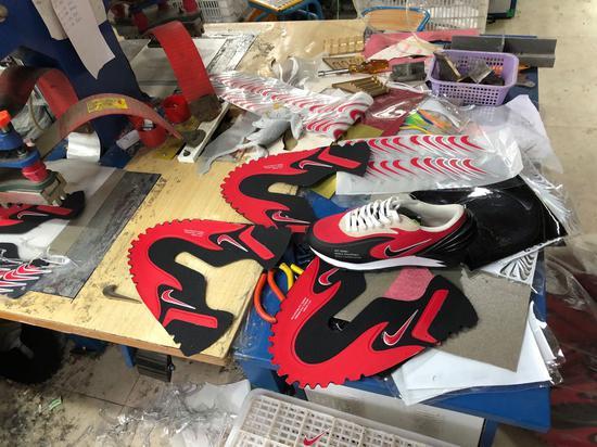 警方破假冒知名品牌运动鞋案 限量球鞋工厂发现上万双