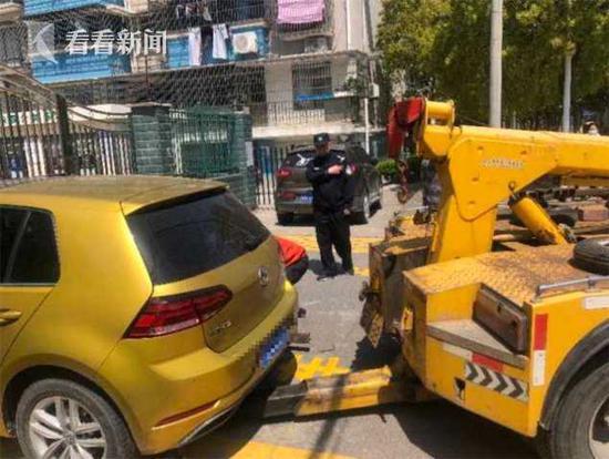 奉贤一社会车辆占用消防通道 车辆被拖离并处罚车主