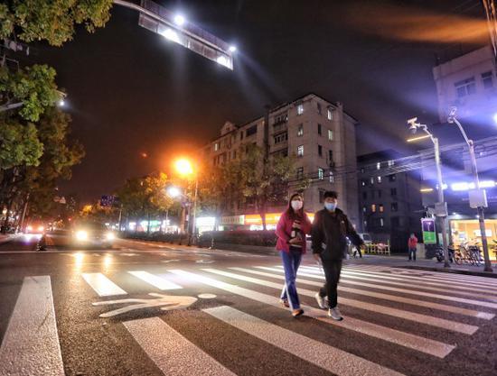浦东交警推广上海首个自发光式交通设施 人行道会发光