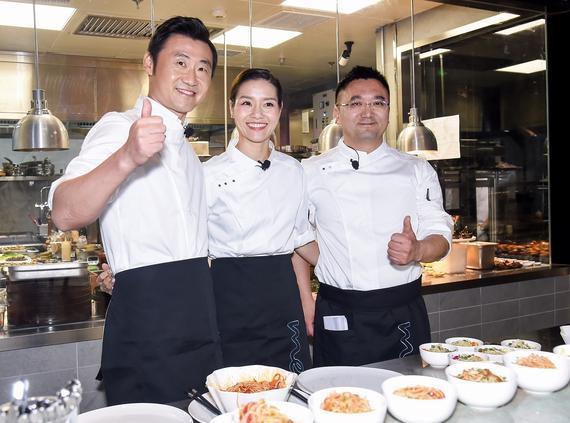 北京梅赛德斯-奔驰销售服务有限公司高级执行副总裁张焱先生与李娜、姜山夫妇变身主厨为宾客烹调美味