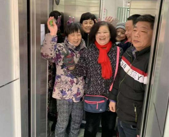 图说:居民乘上加装的电梯,心情激动。