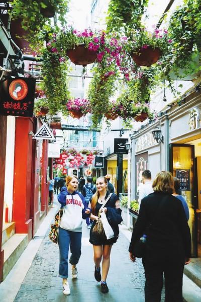 如今,泰康路上的田子坊已是上海的热门旅游景点,吸引着各国游客(摄影:本报记者袁婧)