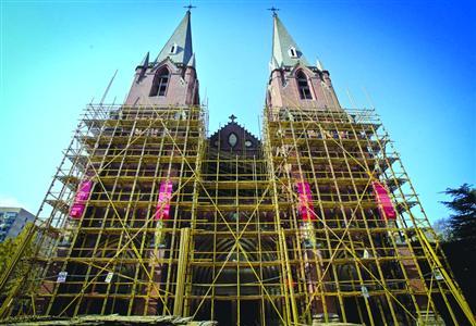 昨日,位于徐汇区蒲西路158号的徐家汇天主教堂外部已搭起脚手架,并对重点部位进行遮蔽保护。