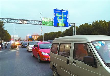 下午5时,康城门口的莘松路,由东向西方向已呈现红色拥堵。