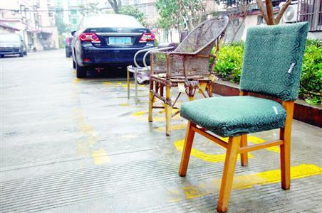 小区白天很多停车位都空着,但被旧沙发、藤条椅、靠背椅等物什牢牢占据。 晨报记者 张佳琪