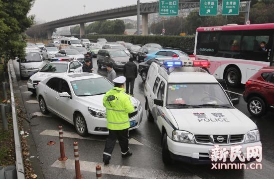 图说:今天上午9时50分,闵行交警在G60沪昆高速进沪入城段对等待上高架的外牌车进行集中整治。新民晚报 张龙 摄