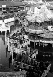 1951年春节,上海老城隍庙九曲桥上熙攘的人流。