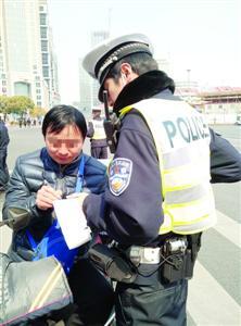 昨天,一名快递员因不按规定车道行驶被处罚。