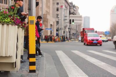 在南京东路中山东一路路口,信号灯增加感应装置,一旦闯红灯这个黄色的箱子就会发出语音提醒。本报记者祝越摄