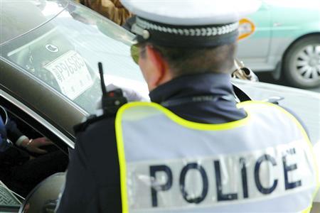 近日,杨浦交警在五角场商业区整治悬挂外省市临时号牌的车辆。 晨报记者 殷立勤