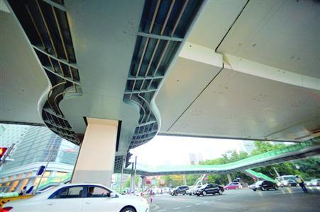 """延安路华山路天桥经方案优化及安全评估,原定的""""拆除""""调整为""""改建""""。"""