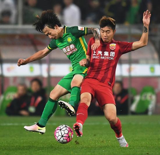 图片说明:如果不是队长孙祥受伤,替补傅欢(右一)也未必有登场的机会。因为缺乏锻炼机会,他的表现中规中矩。