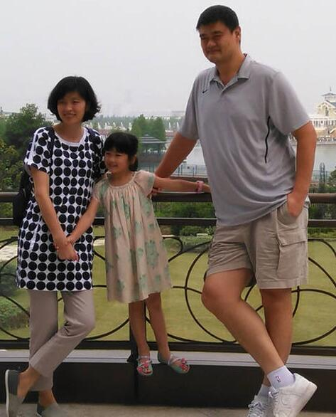 姚明一家三口游上海迪斯尼 6岁爱女身高再引关注图片