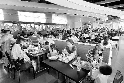就餐时间,星露台餐厅内基本处于满员状态