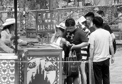 乐园里流动的冷饮小推车中的米奇造型冰棍很受欢迎