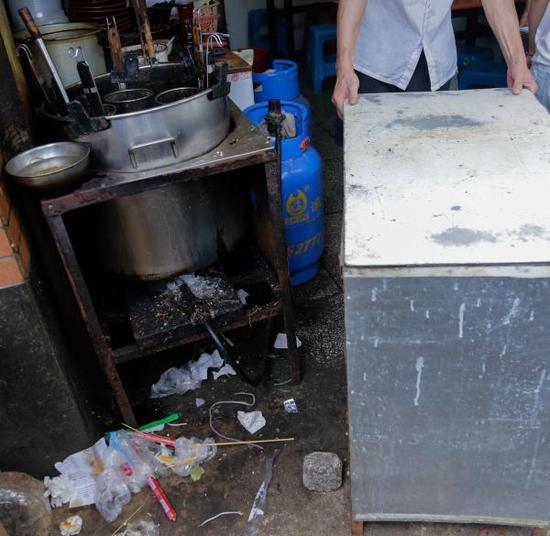 黄浦政协暗访名小吃后厨:垃圾桶不加盖