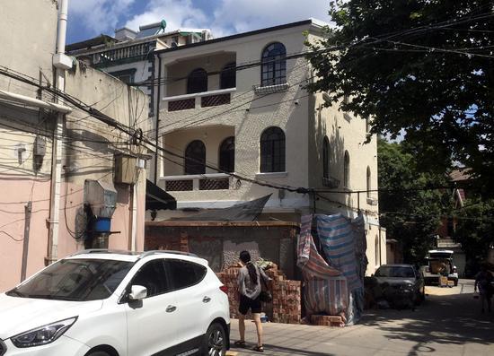 眼前这幢别墅更近似欧式风格,与小区其他老洋房别墅风格迥异.