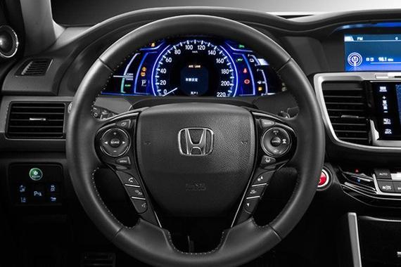 从官图来看,新款雅阁混动版车内基本保持了普通版车型的设计,有所不同的是新车采用了全新的按键式换挡机构,除SPORT驾驶模式外,还增加有专属的EV模式按键。此外,新车在仪表盘中还增加了动能输出值、动能回收系统、电池容量等信息显示。