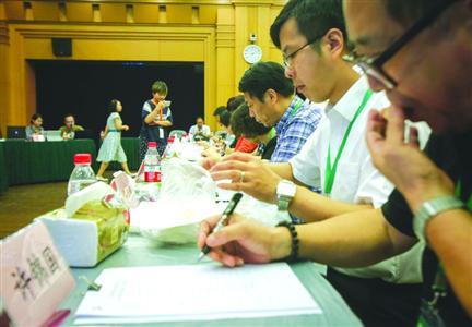 """9月7日,上海消保委联合""""周到""""对鲜肉月饼进行了大评测。"""