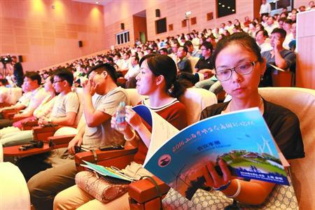 """昨天,""""2016上海崇明生态岛国际论坛""""开幕,国内外专家学者为推进崇明生态岛建设提出真知灼见。 本报记者 张海峰 摄"""