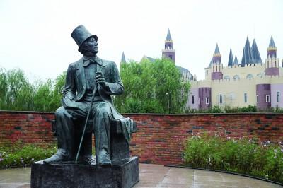 园内的安徒生雕像。