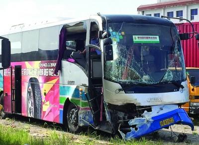 上海机场大巴高架发生车祸 致2人坠亡多人受伤