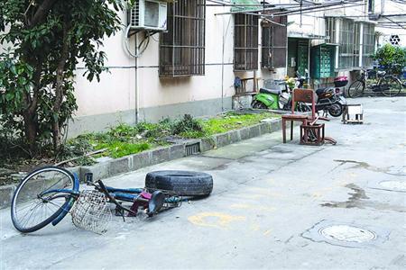 甚至用上了破旧自行车、椅子等. /CFP-沪上老旧小区建立体停车库