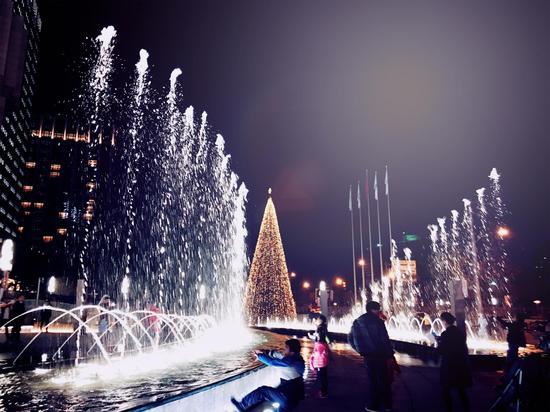冰雪圣诞树与音乐喷泉交相辉映2