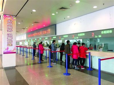 上海,春运散客在团购火车票。