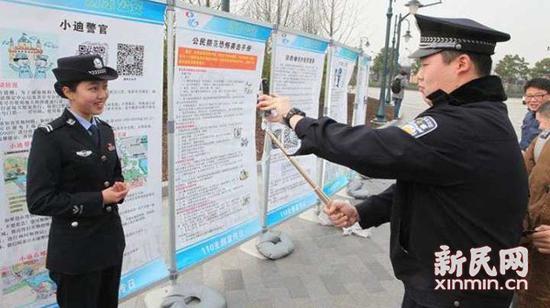 图说:参与直播的上海国际度假区警务处联络科女警陆丰。新民晚报新民网 图