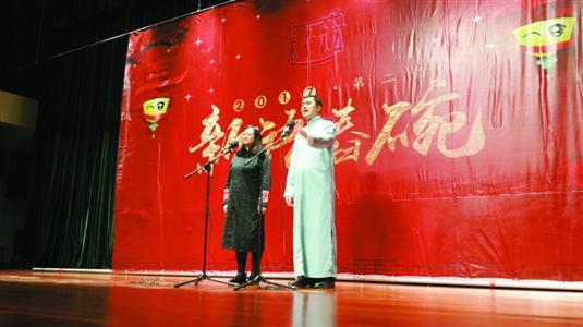 """李宏烨(右)、郑钰夫妇在""""新语舂碗""""上表演。"""