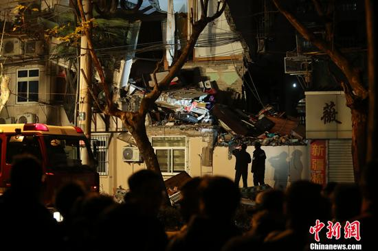 1月11日20时53分,上海市公安局指挥中心接110报警,杨浦区控江路398号一幢四层楼房二楼、三楼的外立面坍塌。中新社记者 张亨伟 摄