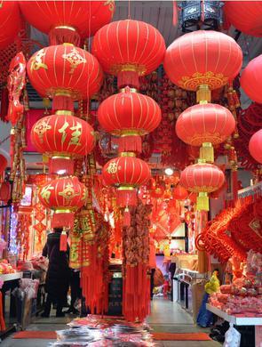 上海街头年味渐浓 新春饰品亮相