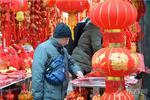 上海街头年味渐浓 新春饰品主题装饰纷纷亮相