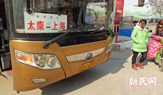 """图说:这辆""""太康―上海""""的客车就是毛女士原本应该乘坐的客车。"""
