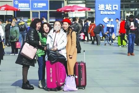 旅客在铁路上海站广场合影