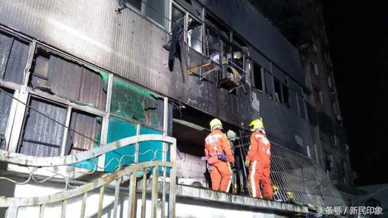 图说:消防正在现场清理火场。来源:新民印象
