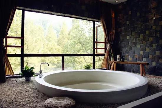 用水泥砌出来的浴缸