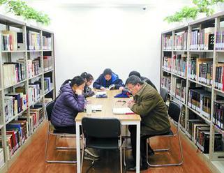 天山路街道图书馆让人名各有阅读空间