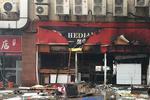 沪太路一饭店发生爆燃 四人送医大门被震碎