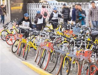 中山公园志愿者整理乱停放单车