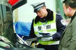 上海醉酒男子遇交警执法求抱抱 推搡交警砸警车被拘