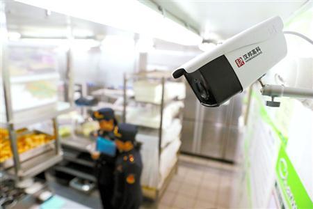 """昨天,沪上某餐厅探头设备正对准后厨操作区域,对外进行实时播放。这是上海正在推广的""""明厨亮灶""""工程,目前已经复制推广到上海2000多家餐饮服务单位。"""