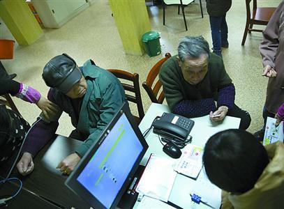 每天早晨,工作人员会给老人们量血压,社区医院的医生也会定期前来义诊。