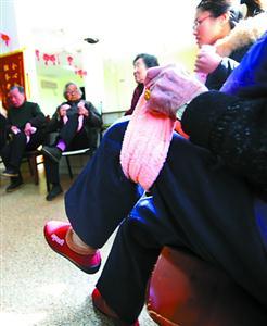 在康复师的带领下,老人们每天做做腿部康复训练。